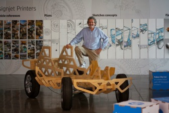 FAB10_Neil neil gershenfeld with the Fabee City Car_by_IAAC and HP Designjet